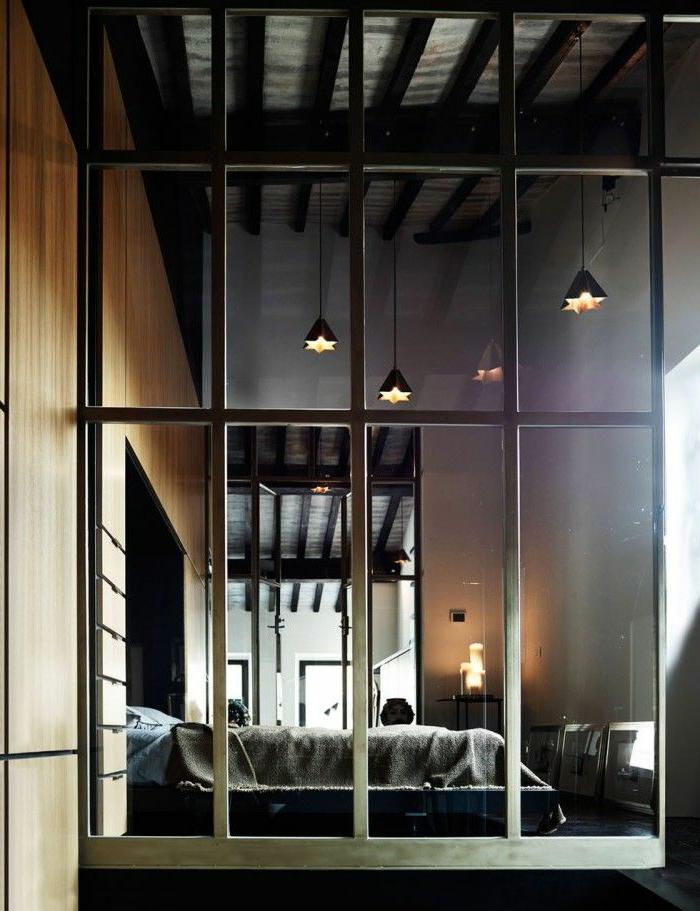cloison-en-verre-grand-mur-de-séparation-cloison-vitrée-lampes-pendantes