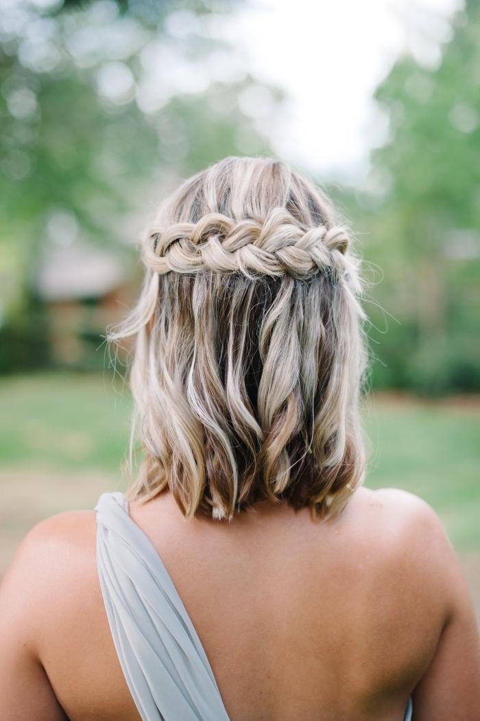 exemple cheveux mi longs lâchés avec couronne tressée, idée coiffure mariage bohème pour cheveux mi longs