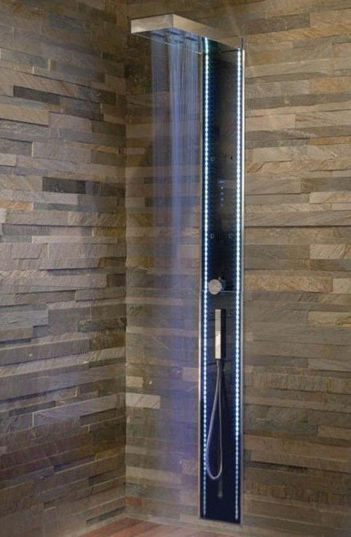 colonne-de-douche-castorama-dans-la-salle-de-bain-moderne-avec-mur-beige-en-briques