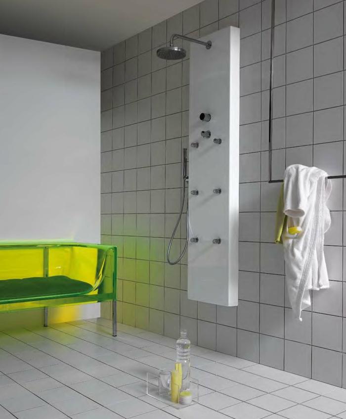 colonne-de-douche-dans-la-salle-de-bain-moderne-avec-carrelage-colonne-de-douche-hansgrohe