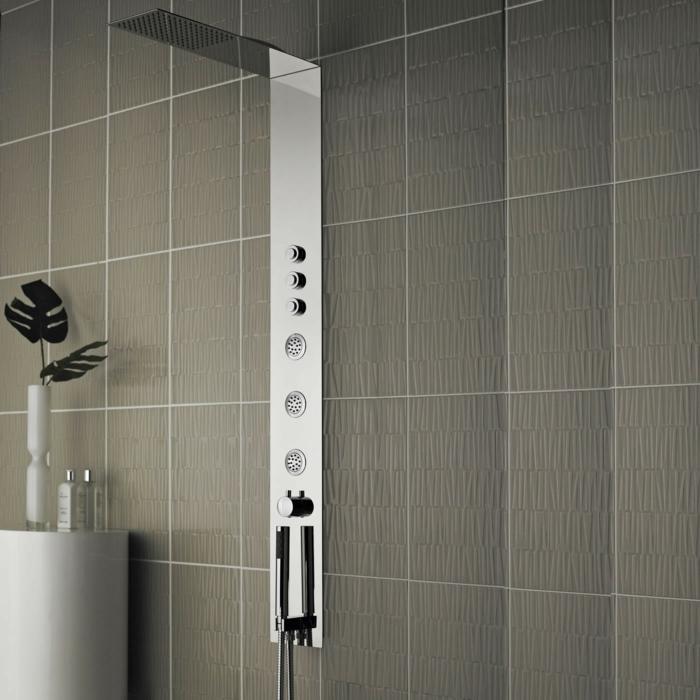colonne-de-douche-hansgrohe-avec-carrelage-gris-dans-la-salle-de-bain-avec-carrelage-gris