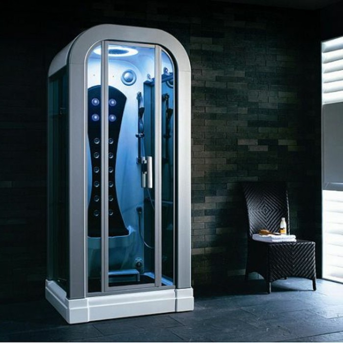 colonne-de-douche-hydromassante-dans-la-salle-de-bain-avec-mur-en-mosaique-gris