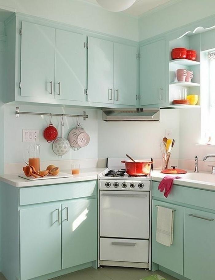 comment-aménager-une-petite-cuisine-avec-meubles-colorés-bleu-ciel
