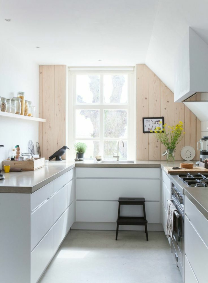 comment-aménager-une-petite-cuisine-avec-meubles-en-bois-blanc-sol-en-lino