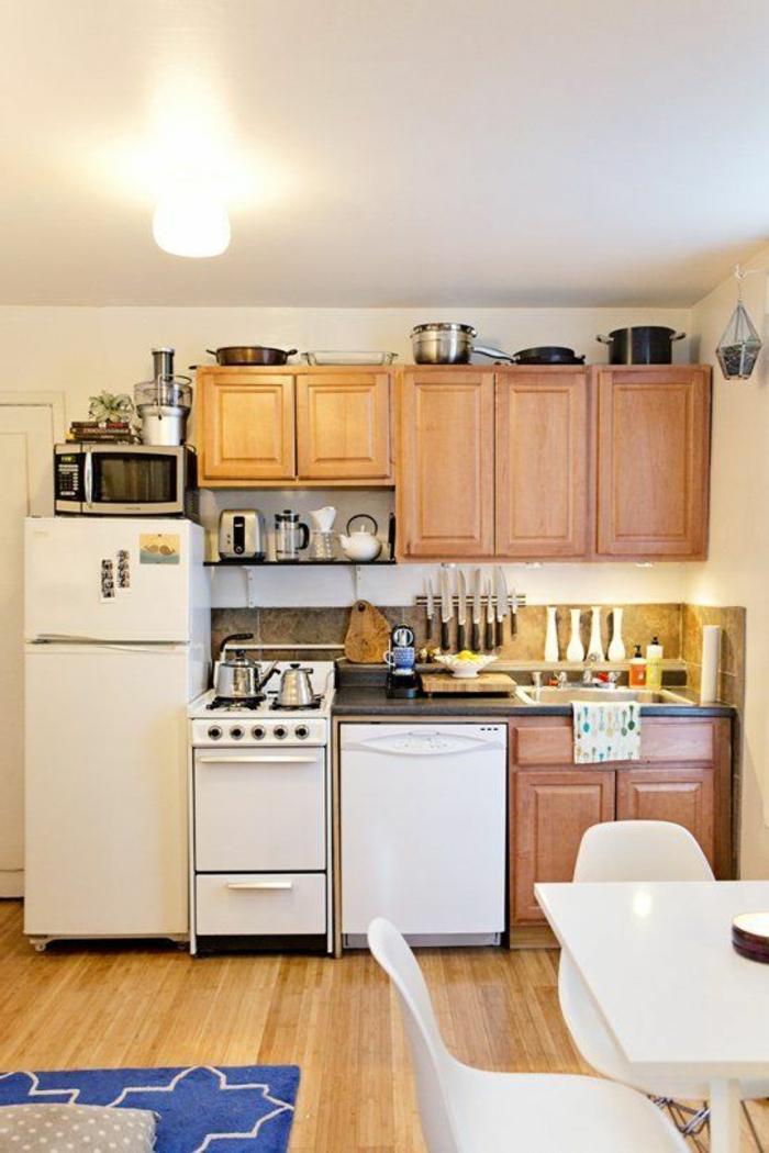 comment-aménager-une-petite-cuisine-avec-meubles-en-bois-clair-chaises-et-table-de-cuisine