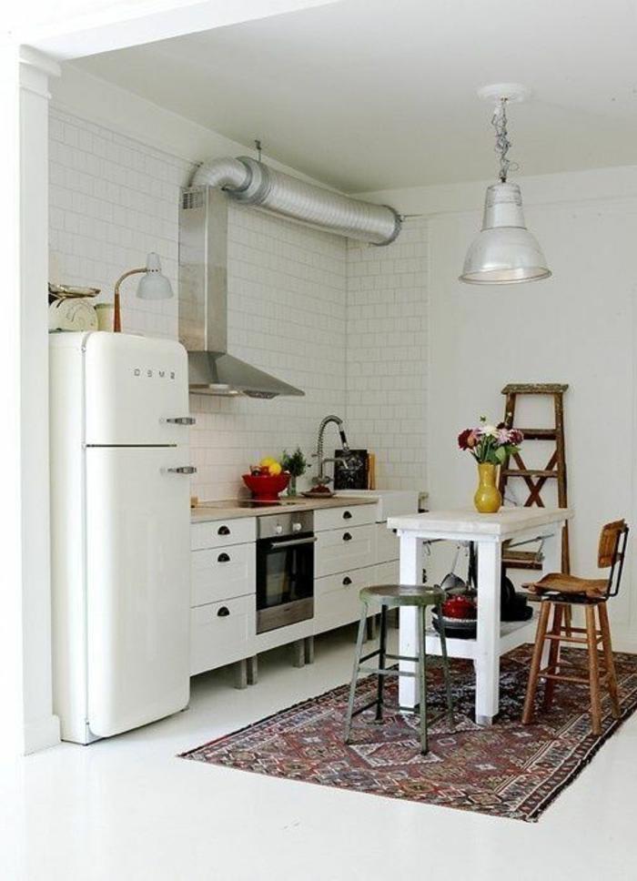 comment-aménager-une-petite-cuisine-tapis-coloré-pour-la-cuisine-moderne-avec-meubles-blancs