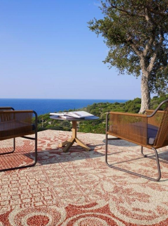 comment-bien-choisir-le-tapis-d-extérieur-beige-et-rouge-dans-le-jardin