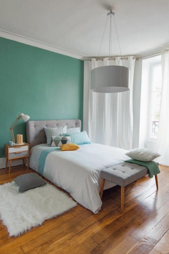 comment-choisir-son-parquet-pour-la-chambre-à-coucher-avec-rideaux-longs-blancs