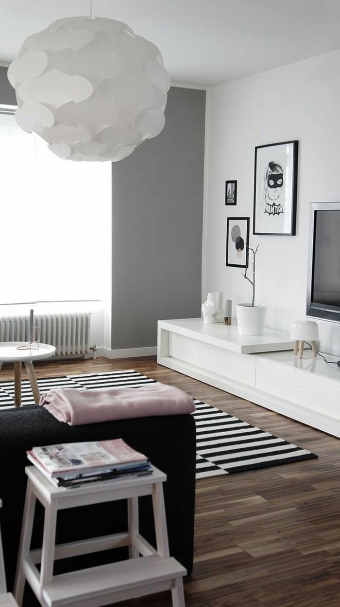 comment-choisir-son-parquet-pour-le-salon-confortable-et-bien-aménagé-avec-tapis-à-rayures-blancs-noirs