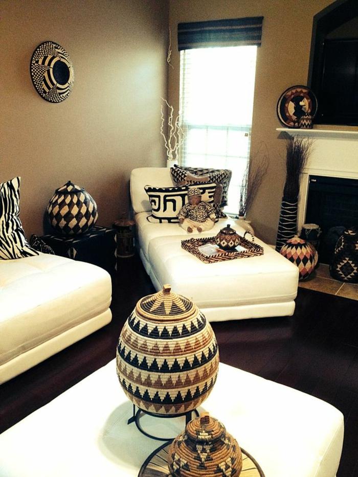 comment-décorer-son-salon-de-couleur-taupe-avec-fenetres-grandes-et-meubles-blancs