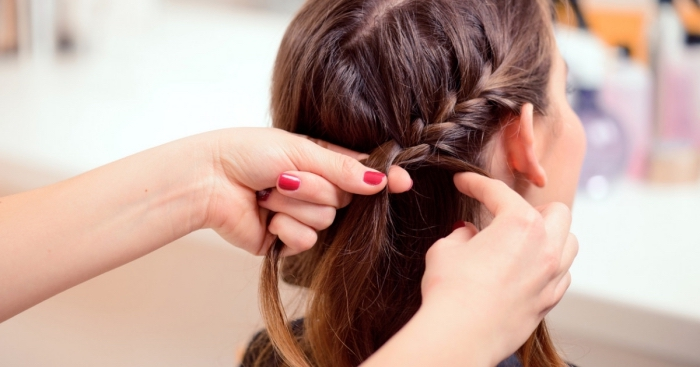 exemple comment bien se coiffer, idée coiffure facile pour cheveux mi longs, DIY coiffure avec couronne tresse