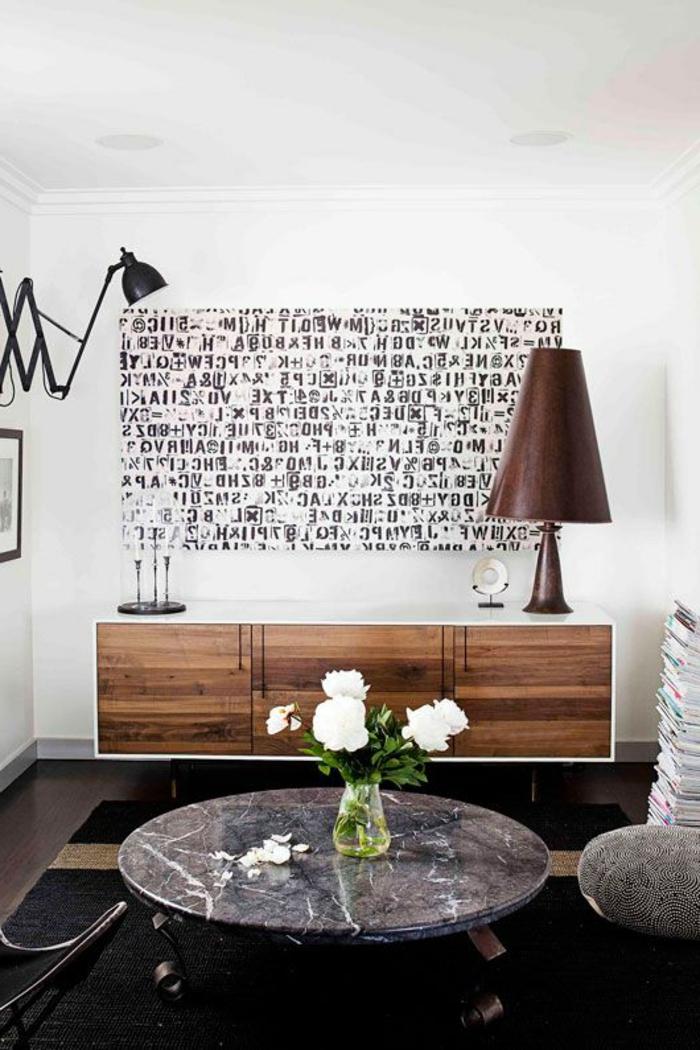 commode-en-bois-pour-le-salon-moderne-avec-une-jolie-table-basse-ronde-avec-fleurs