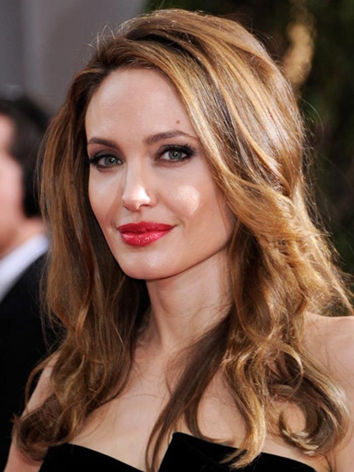 couleur-caramel-cheveux-couleur-châtain-idée-coiffure-longue-angelina-jolie
