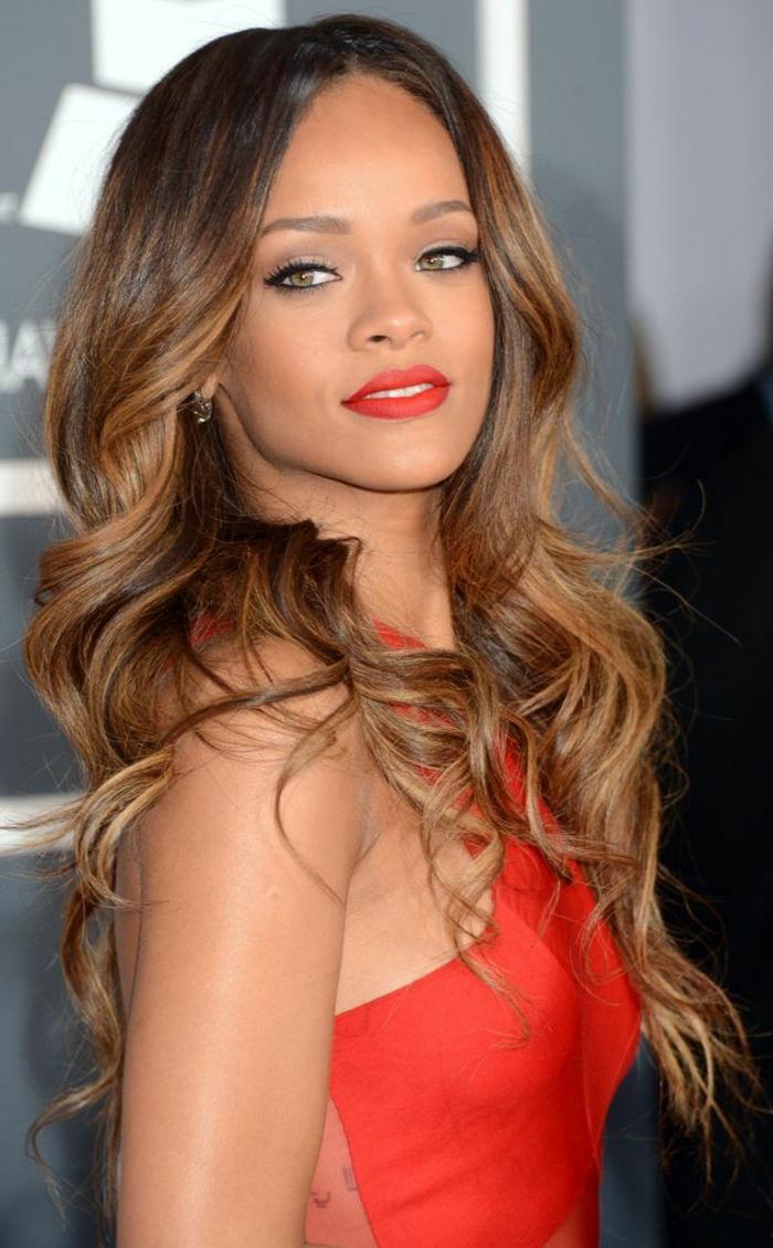 couleur-caramel-cheveux-couleur-châtain-idée-coiffure-longue-rihanna