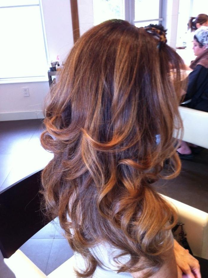 couleur-cheveux-couleur-châtain-clair-idée-coiffure-moderne-salon