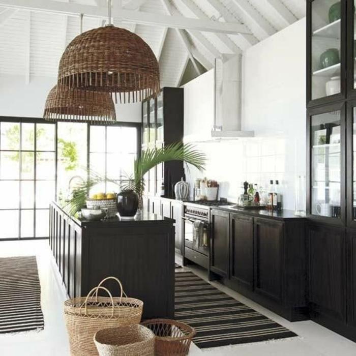 couleur-cuisine-feng-shui-moderne-avec-ilot-central-de-cuisine-et-tapis-noir-plafond-sous-combles