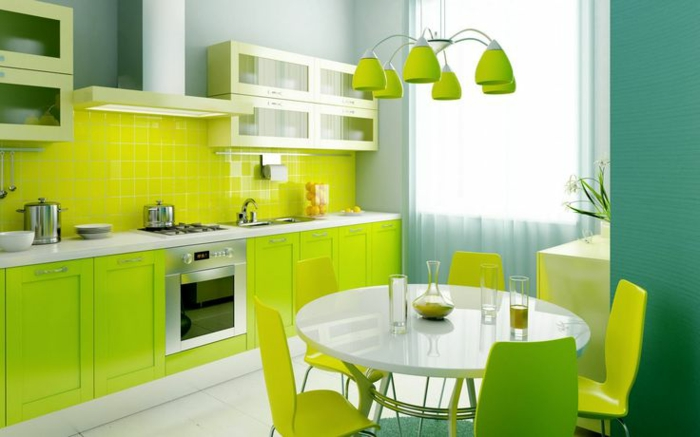 couleur-cuisine-feng-shui-vert-clair-avec-chaises-vertes-meubles-verts-murs-bleu-vert