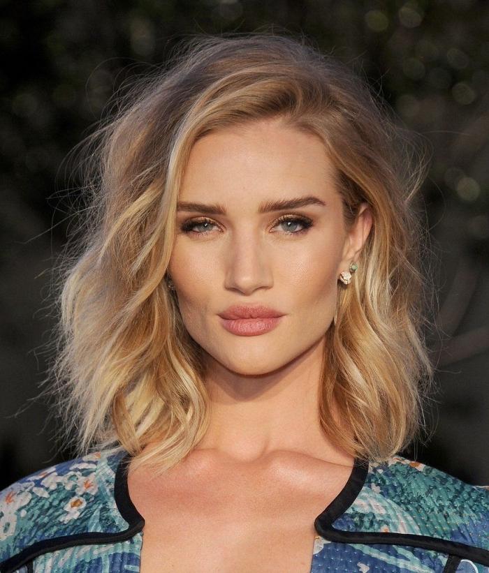 comment bien se coiffer, idée cheveux lâchés mi longs avec volume, exemple de coloration blond naturel sur châtain foncé