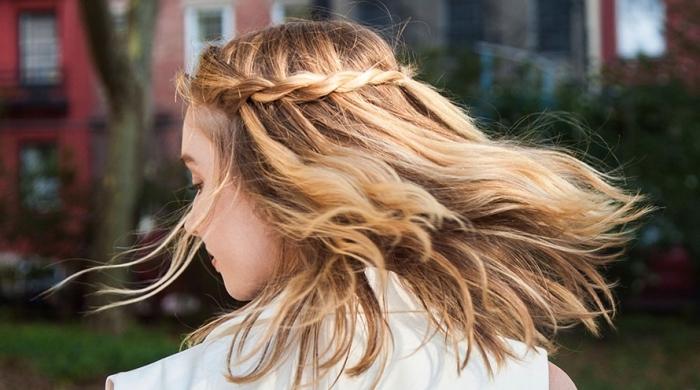 quelle coiffure facile a faire seule pour cheveux mi longs, exemple coiffure bohème facile, cheveux lâchés avec couronne tressée