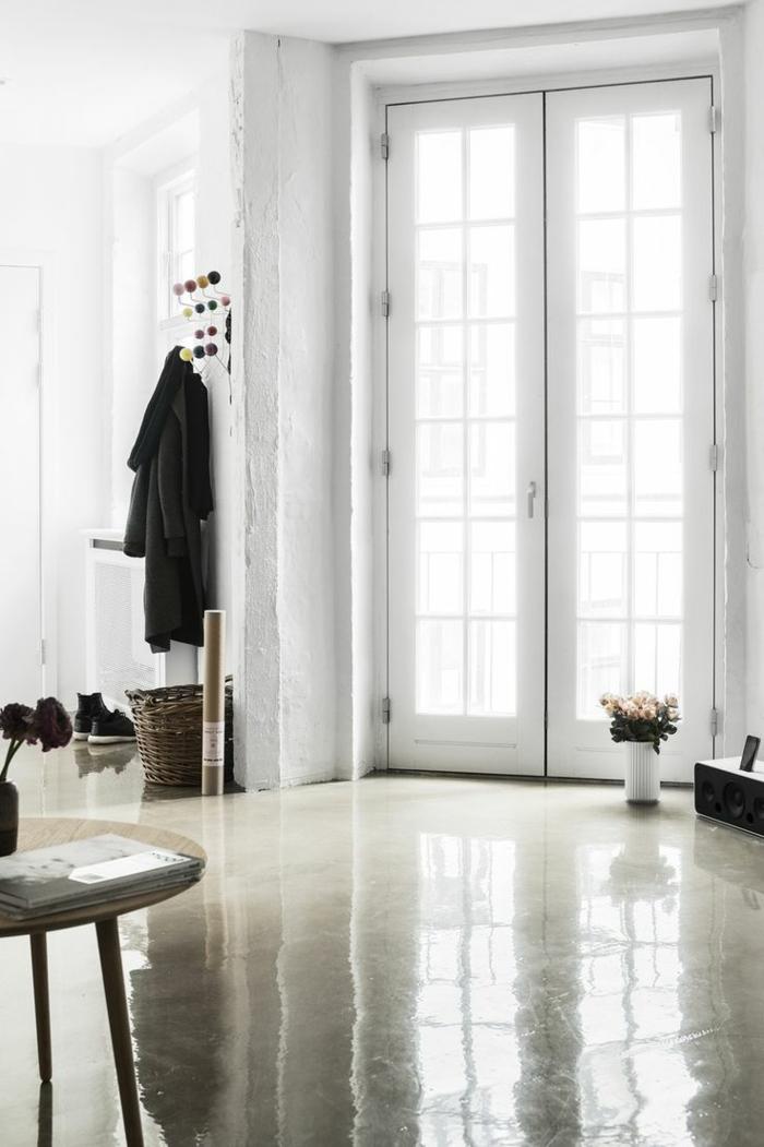 couloir-avec-sol-en-béton-ciré-beige-beaucoup-de-style-pour-votre-intérieur