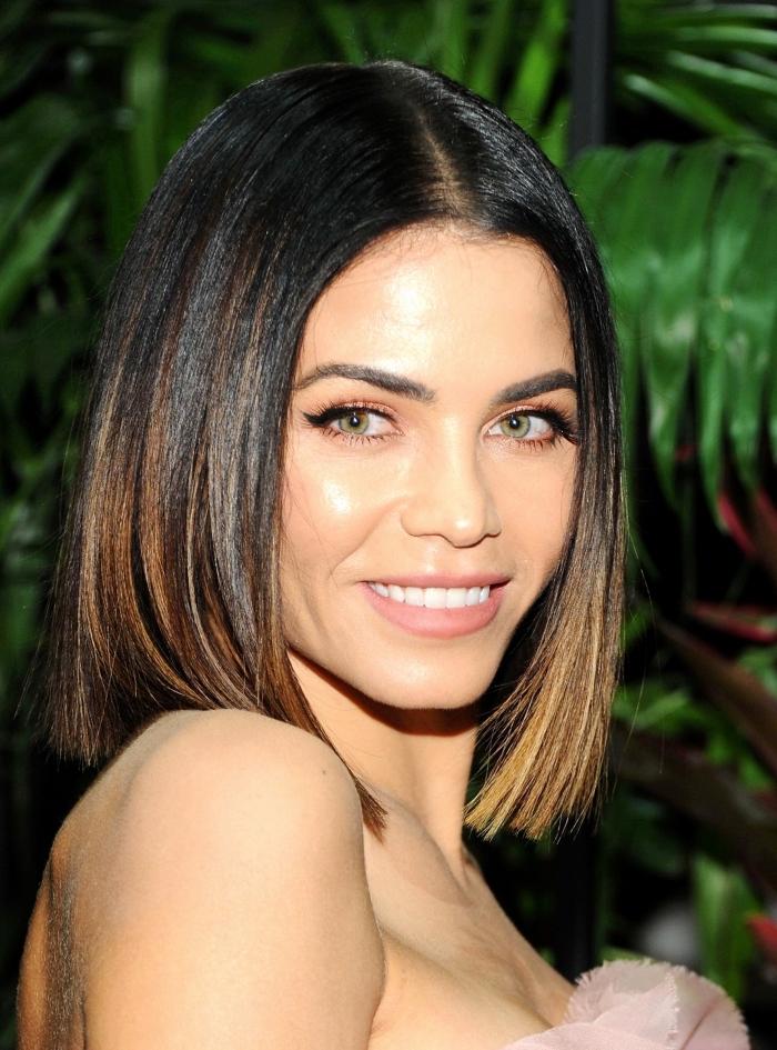 comment bien se coiffer, modèle de coiffure cheveux lisses et lâchés avec raie au milieu, coloration tendance balayage naturel
