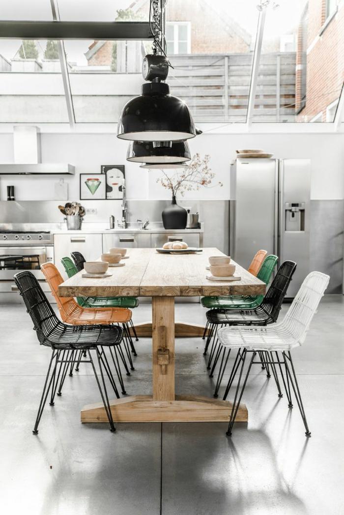 cuisine-americaine-amenagement-petite-cuisine-gris-plafond-en-verre-sous-pente