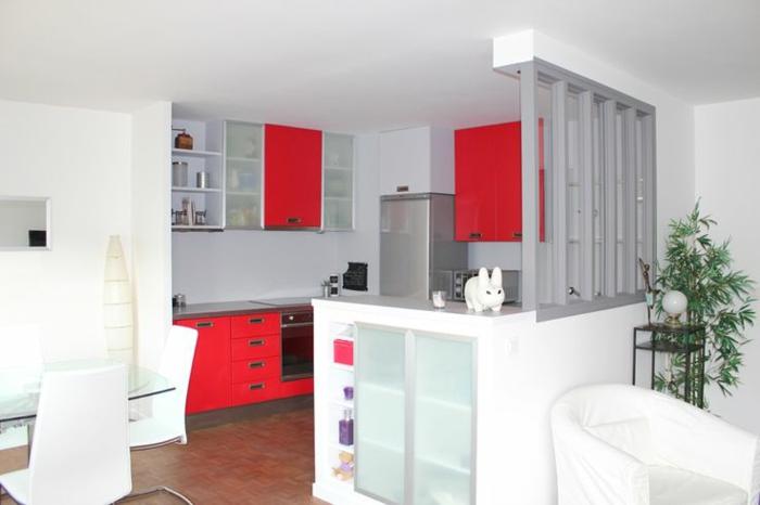 cuisine-americaine-gris-rouge-meubles-de-cuisine-modernes-murs-blanches