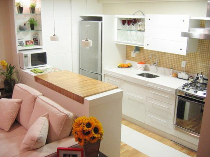 cuisine-americaine-ikea-de-couleur-blanc-et-meubles-blancs-avec-fleurs