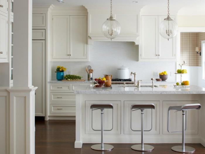 cuisine-blanche-laquéе-avec-ilot-de-cuisine-blanche-sol-en-parquet-foncé-chaises-de-bar