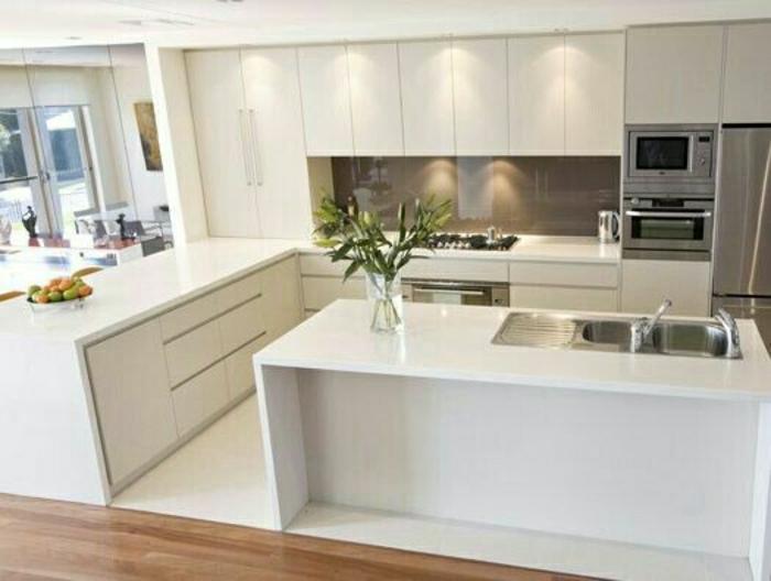 cuisine-blanche-laquéе-avec-sol-en-parquet-et-lino-blanc-meubles-de-cuisine-conforama-pas-cher