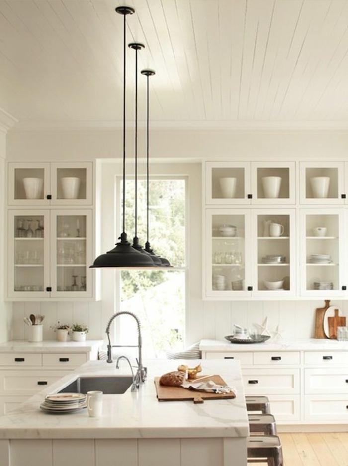 cuisine-blanche-laquéе-avec-un-ilot-de-cuisine-central-en-marbre-blanc-meubles-de-cuisine