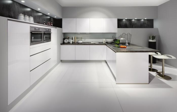 La cuisine laqu e une survivance ou un hit moderne for Cuisine avec carrelage noir et blanc