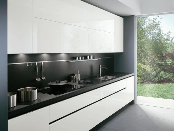 cuisine-laquée-blanche-pas-cher-sol-en-carrelage-gris-plafond-blanc-grand-fenetre-avec-vue