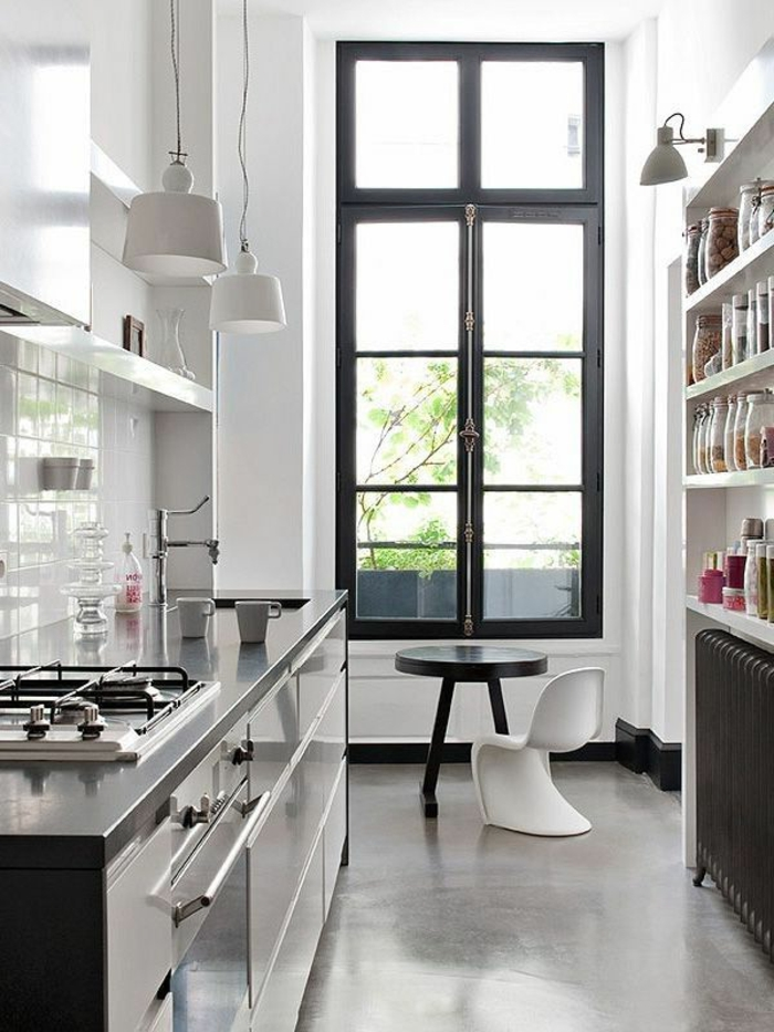 cuisine-moderne-avec-grande-fenetre-et-leroy-merlin-beton-ciré-gris