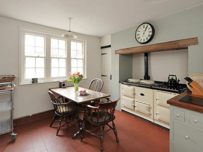 cuisine-style-campagne-cuisinières-rétro-blanches-et-chaises-vintage