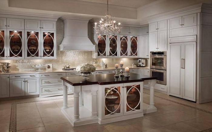cuisine-style-campagne-moderne-placards-élégants-et-chandelier-en-cristal