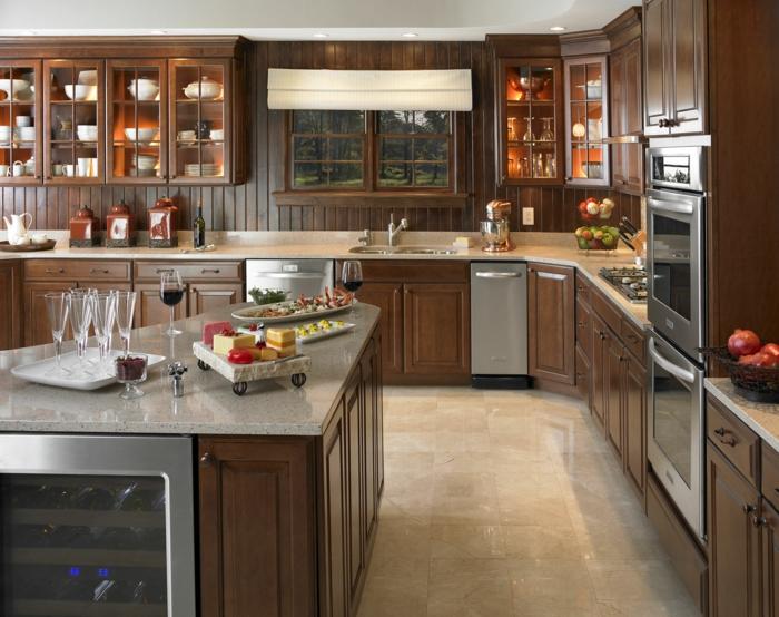 cuisine-style-campagne-placards-marrons-vaisseliers-muraux-avec-vitrines