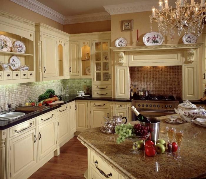cuisine-style-campagne-vaisselier-avec-vitrines-et-placards-couleur-beige-clair