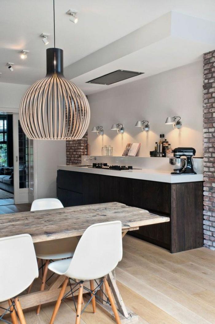cuisine-zen-avec-table-en-bois-massif-clair-et-chaises-blanches-en-plastiques