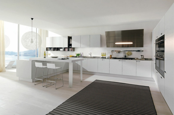 cuisines-blanches-avec-une-vue-magnifique-vers-l-ocean-tapis-noir-sol-en-parquet-clair