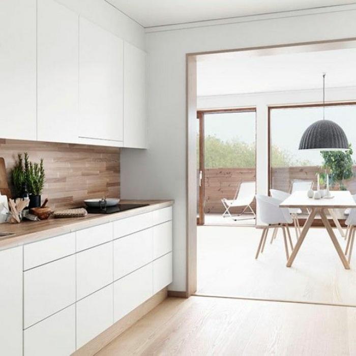 cuisines-blanches-dans-la-maison-contemporaine-fenetres-grandes-meubles-blanches-en-bois