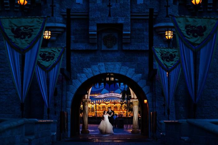 déco-à-faire-à-soi-même-mariage-thème-Disney-Aurore-la-mariée-couple-heureuse