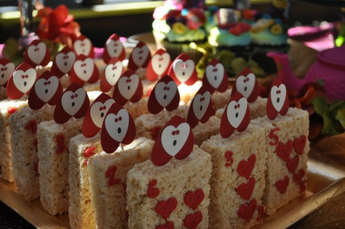 déco-anniversaire-fille-pique-nique-au-plain-nature-jardin-party-décoration-alice-cool-sandwiches-carte-heart-coeur