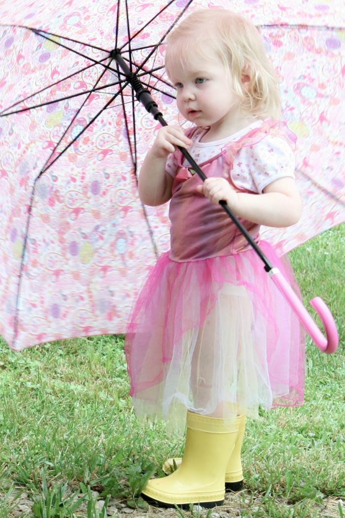 de-botte-caoutchouc-quand-il-pleut-tenue-de-jour-chic-un-bébé