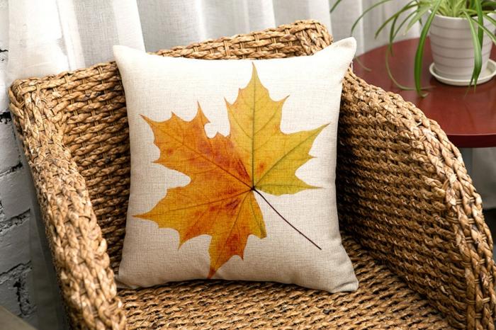 de-coussins-déco-design-salon-ou-chambre-à-coucher-le-fauteuil-feuille-d-automne-coussin