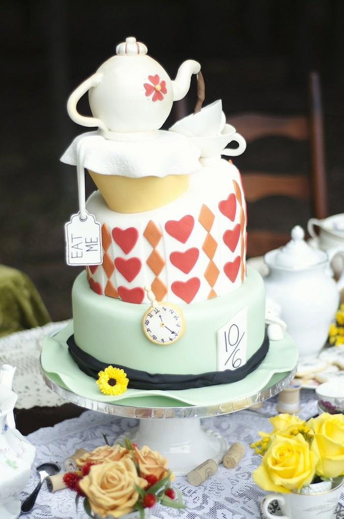 disney-alice-au-pays-des-merveilles-gâteau-anniversaire-fête-décoration-thé-gâteau-tirelire-chapeau