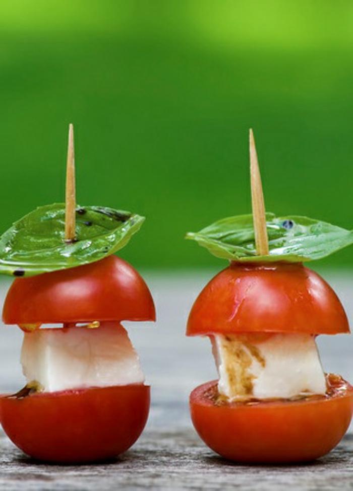 entrees-froides-avec-tomates-et-fromages-pour-la-table-fete-une-idée-facile-pour-une-entrée-froide-originale