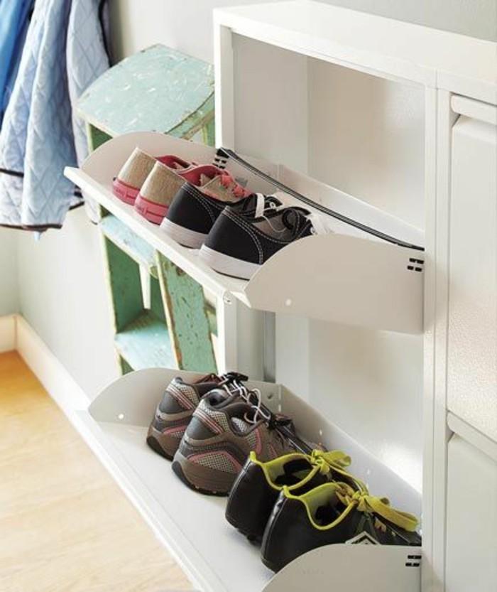 etagere-chaussure-dans-le-couloir-un-joli-meuble-blanc-dans-le-couloir-d-appartement