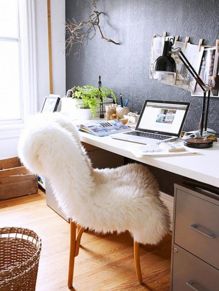 fauteuil-club-ikea-avec-couverture-blanche-et-un-bureau-blanc-en-bois
