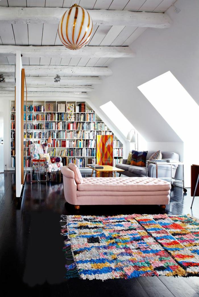 fauteuil-club-ikea-pas-cher-pour-le-salon-avec-un-plafond-sous-pente-et-tapis-coloré